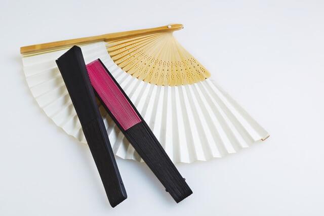 暑い夏を涼しくする扇子の選び方!男性用と女性用の違いは?紙製と布製はどっちが良い?