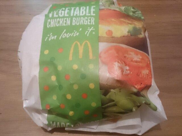 野菜たっぷりなベジタブルチキンバーガー&サイドサラダバジルソースをマックデリバリーで注文して食べてみた!