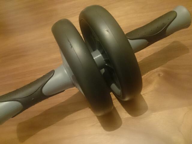 腹筋ローラーで体幹を鍛えよう!使い方と注意点は?効果的なトレーニングの頻度はどれくらい?